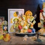 Bei uns arbeiten Mitarbeiter vieler Religionen. Hier haben die hinduistischen Kollegen einen kleinen Hausschrein errichtet – vielleicht für gutes Glück bei der Bildbearbeitung?